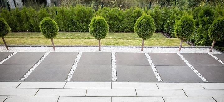 Trawertyn-obrzegowanie Jak ułożyć płyty chodnikowe w ogrodzie?