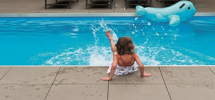 gres porcelanowy przy basenie